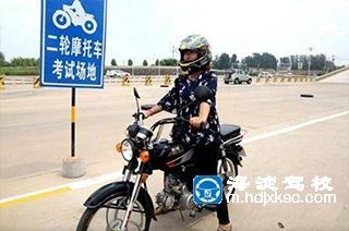 学员在海淀驾校学习二轮摩托车